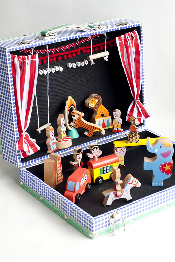 DIY Circus In A Suitcase (via Ukkonooa)