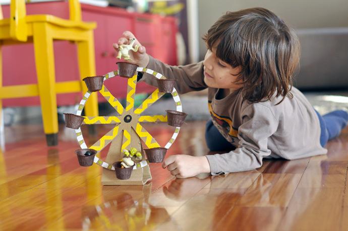 DIY Cardboard Carousel (via Estefi Machado)
