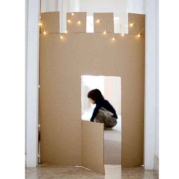 DIY Cardboard Castle - just stick up a piece of cardboard in your hall! (via Estefi Machado)