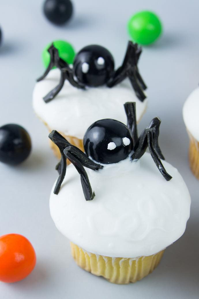 http://media3.handmadecharlotte.com/wp-content/uploads/2015/09/1-glow-in-the-dark-cupcakes-690x1035.jpg