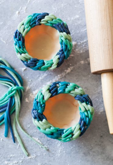 Diagonal Blues Friendship Bracelet Pie Crust Tutorial