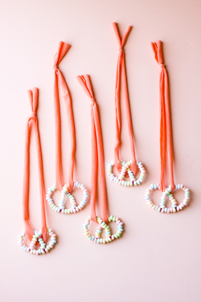 http://www.handmadecharlotte.com/wp-content/uploads/2017/04/DIY-Candy-Pretzel-Necklace-8.jpg